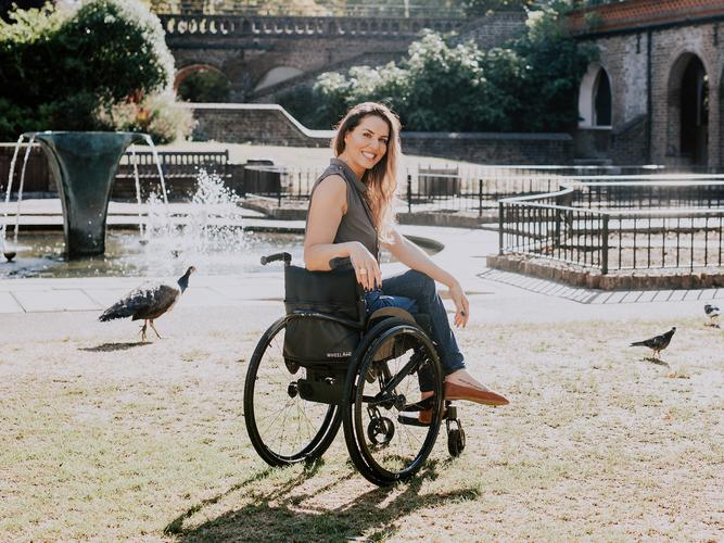 Brand ambassador Samanta Bullock with the wheelAIR cooling backrest cushion that helps users cope with heat and moisture build up [Source: wheelAIR]